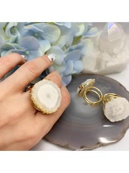 Кольцо со срезом кварца, цвет-белый. Позолота